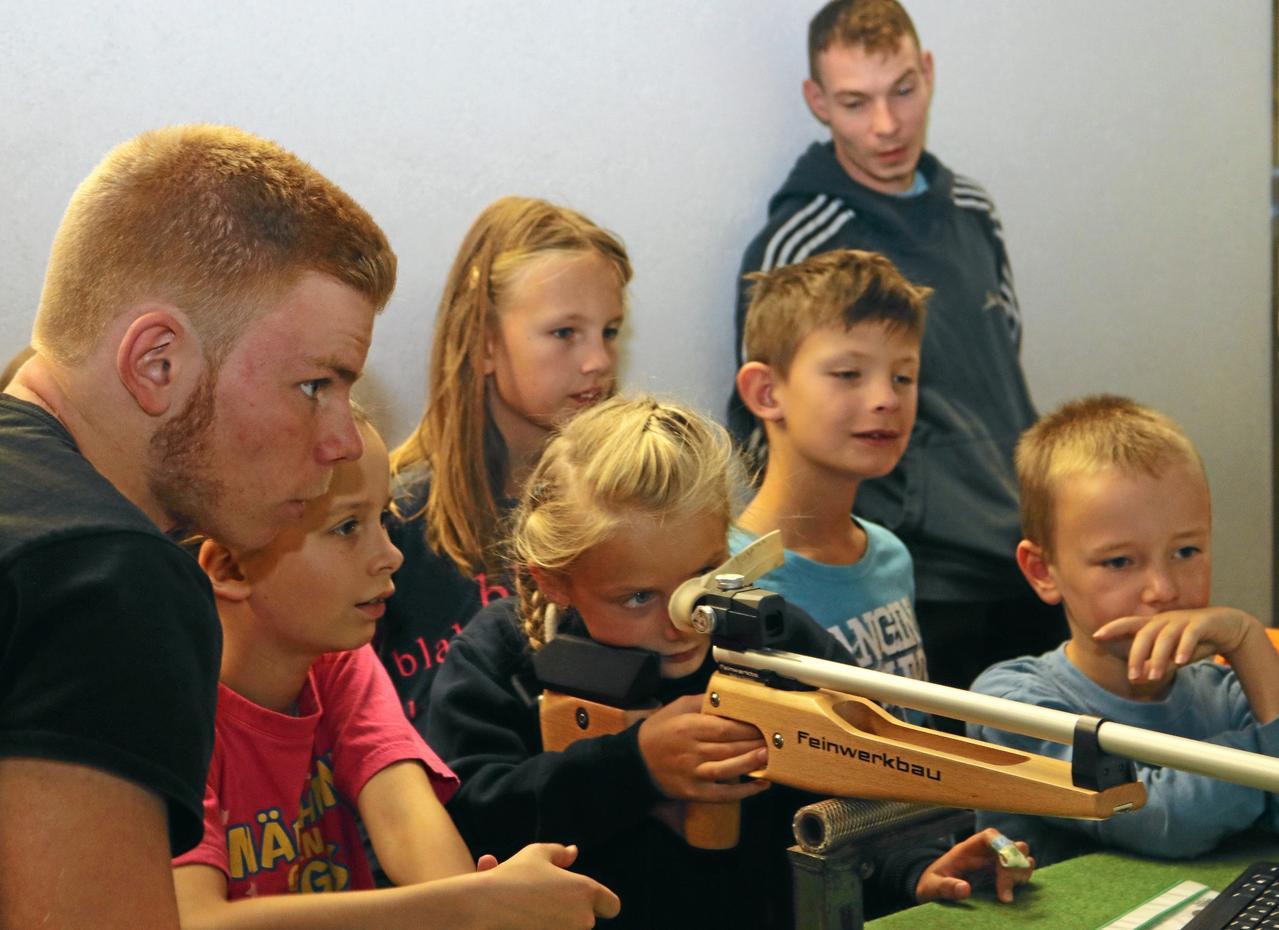 Kinder schießen mit dem Lasergewehr