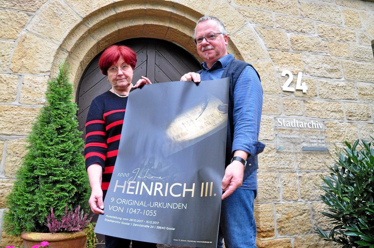 Archiv baut Heinrich-Ausstellung auf