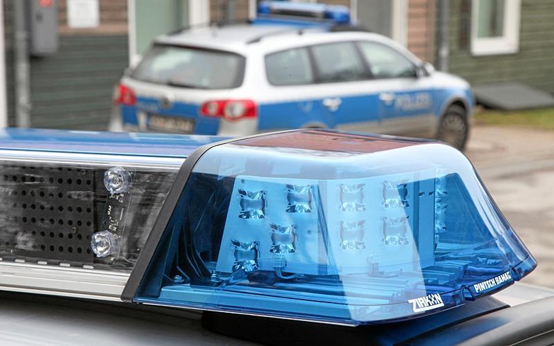 Lkw demoliert Audi und Baum
