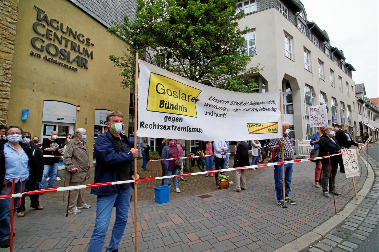 Rechte Parolen und bunter Protest