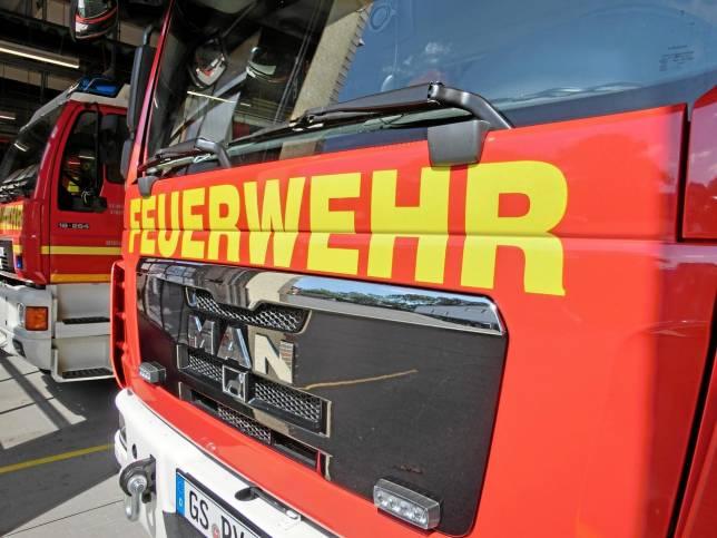 Feuerwehr zieht defekten Bus aus dem Weg