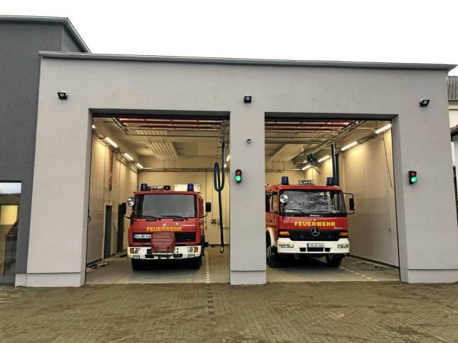 Feuerwehrfahrzeuge in neuer Garage