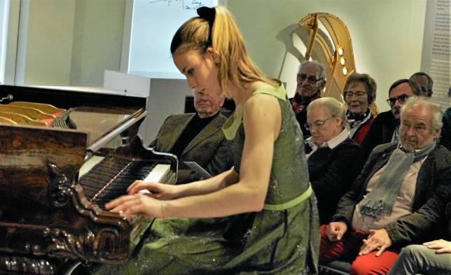 Pianistin glänzt am Flügel