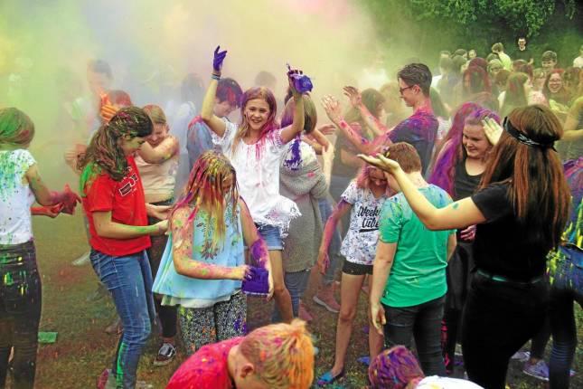 Buntes Holi-Festival im Schulgarten