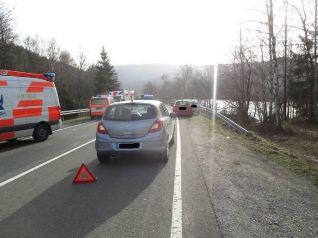 4 Verletzte nach Unfall mit drei Fahrzeugen