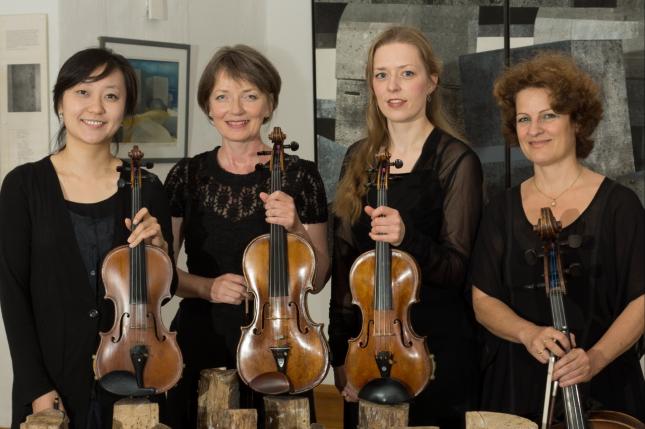 Streichquartett spielt in der Stabkirche