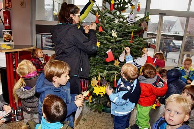 Kinder schmücken Wunschbaum