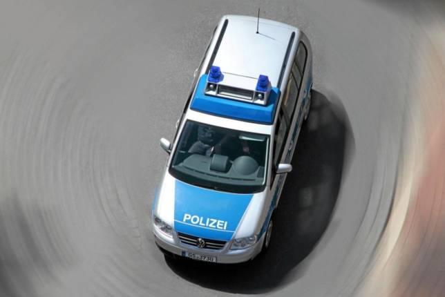 Weißer Golf GTI von dunklem Pkw touchiert