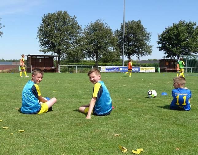 Kinder kicken mit Eintracht Braunschweig