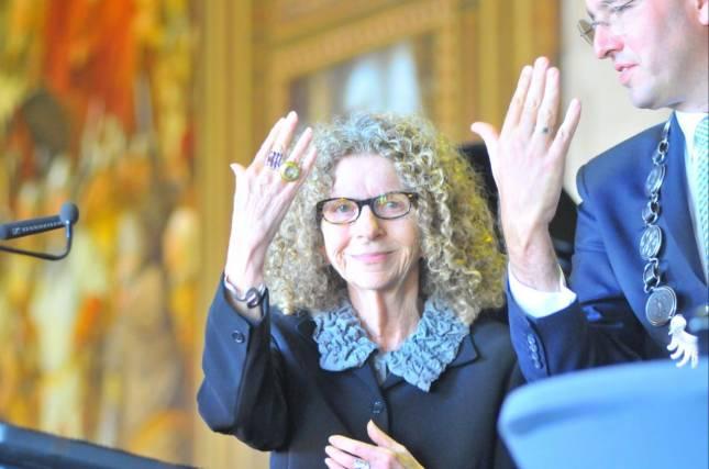 Barbara Kruger trägt den Kaiserring