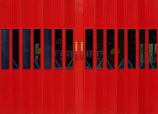 Feuerwehr streut Ölspur ab