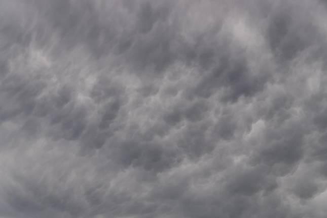 Himmel bleibt weitgehend bedeckt