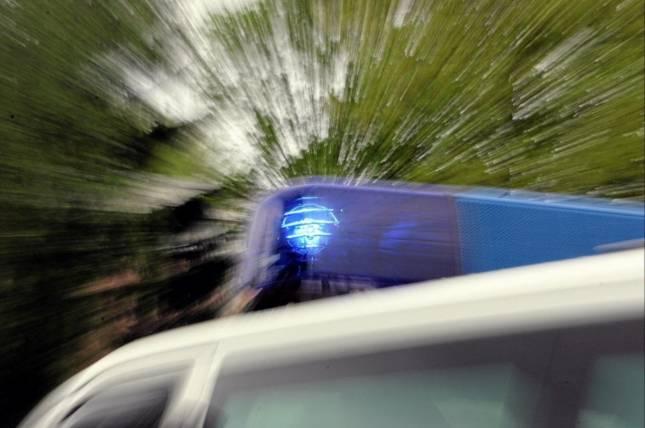 Motorradfahrer stürzt auf Schotterweg
