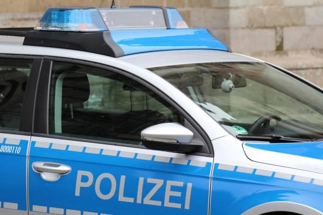 Polizei baut Kennzeichen an Auto ab