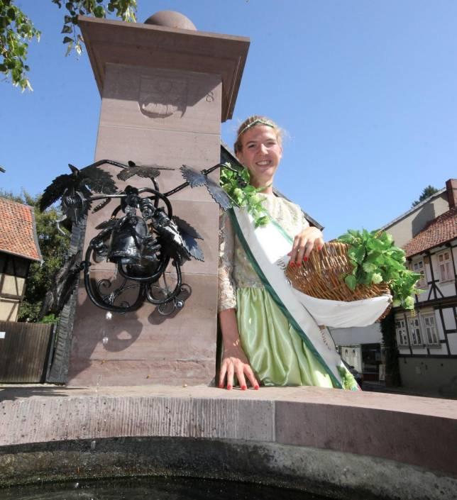 Hopfenkönigin und Stadtführerin in einem