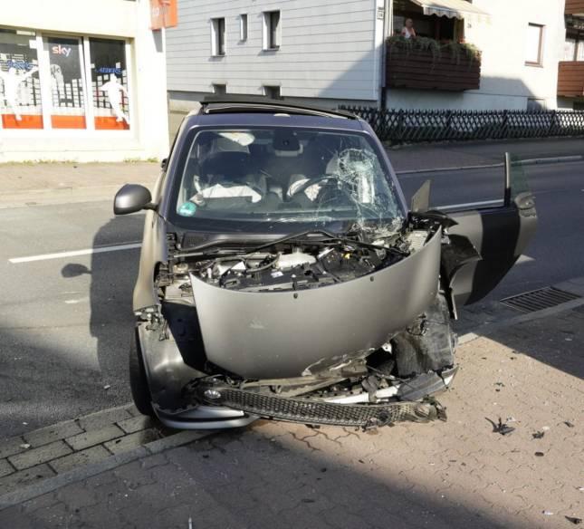 Auto prallt gegen Fahrschulwagen