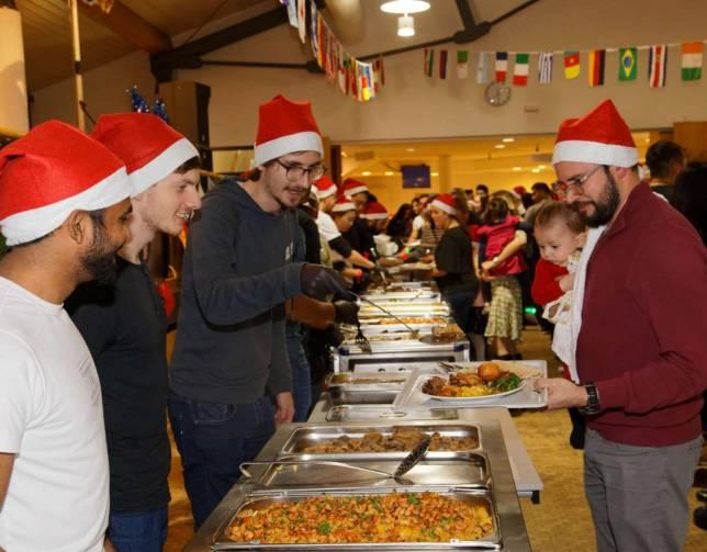 Weihnachtsparty mit mehr als 50 Nationen