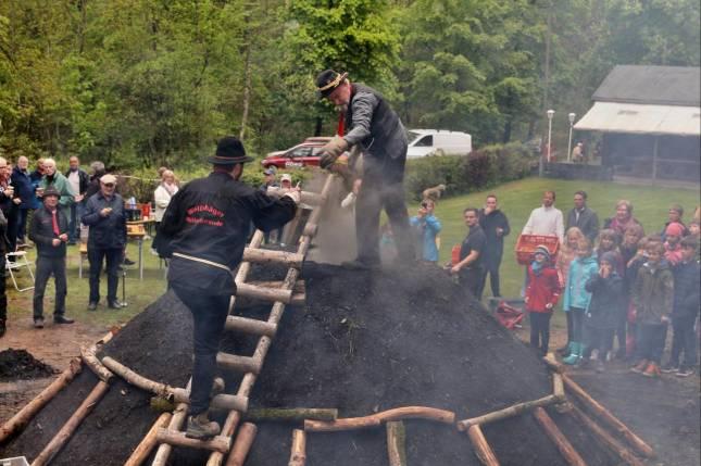 Köhler entzünden Meiler in alter Tradition