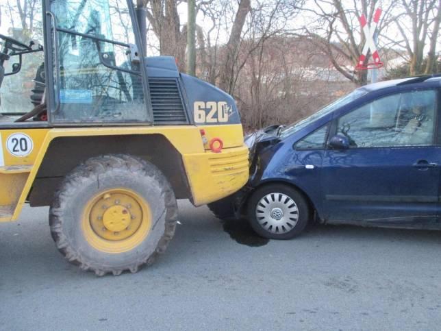 Radlader und Auto kollidieren