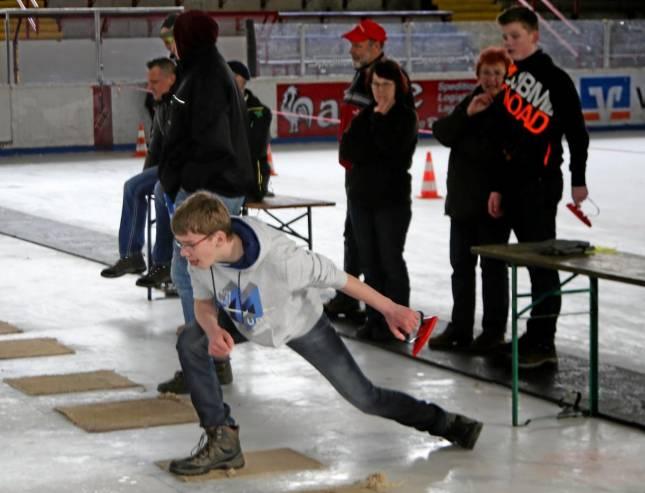 Meisterschaft im Setzbügeleisen-Eisschießen