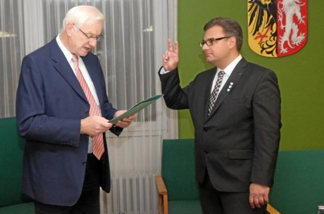 Stellvertreter vereidigt den Bürgermeister