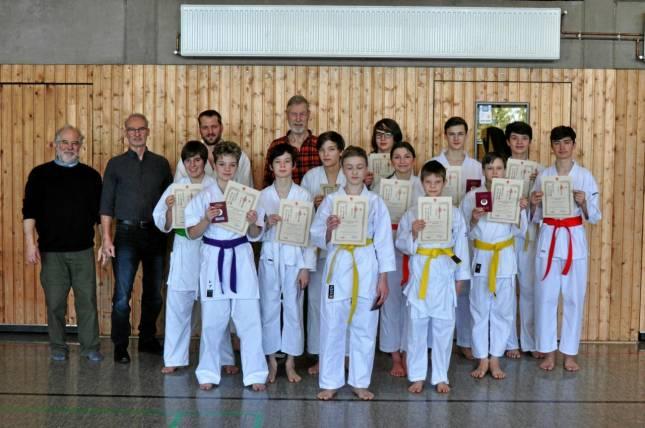 Neue Gurte für zwölf Jung-Karateka