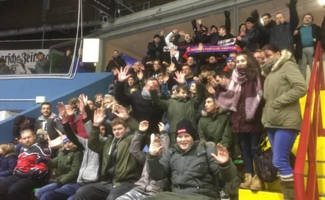 Jugendliche Fans für die Falken