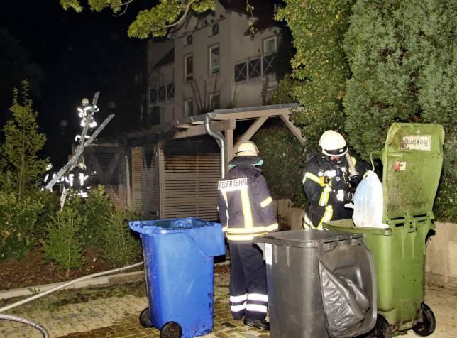 Müllunterstand in Flammen: Hoher Schaden