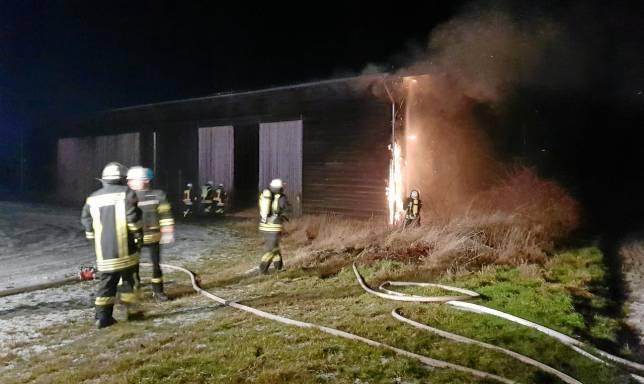 Flammen schlagen aus einer Scheune