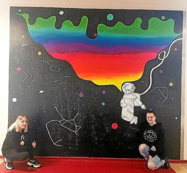 Mehr Raum für Farbe im Schulflur