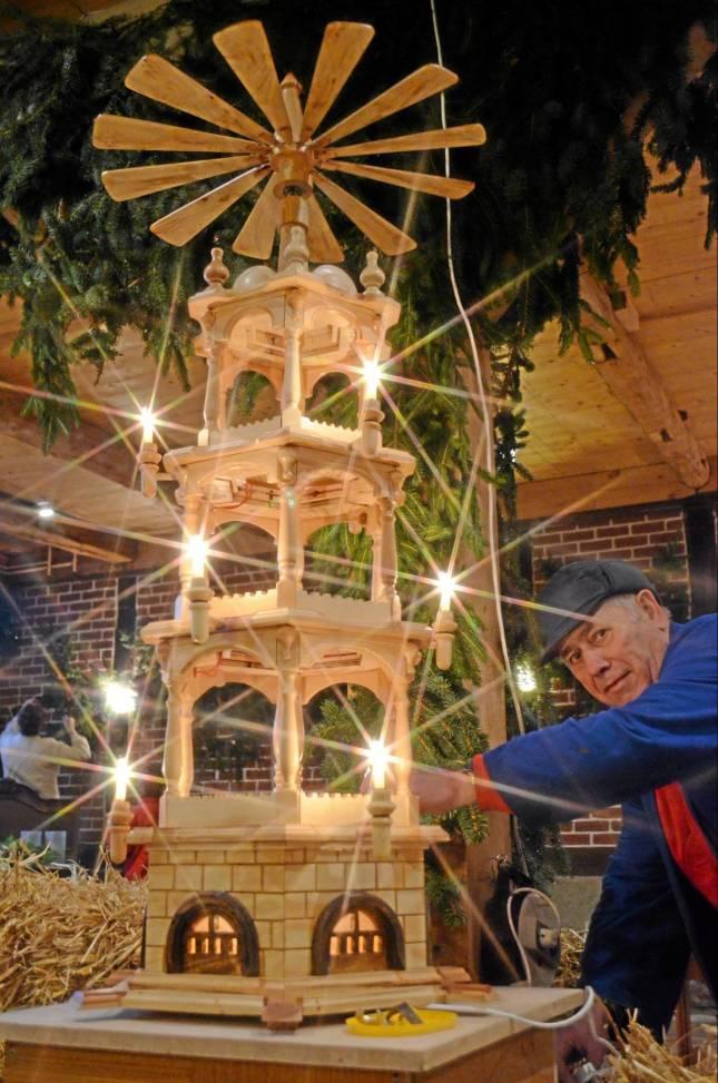 Kunsthandwerker laden zum Weihnachtsmarkt
