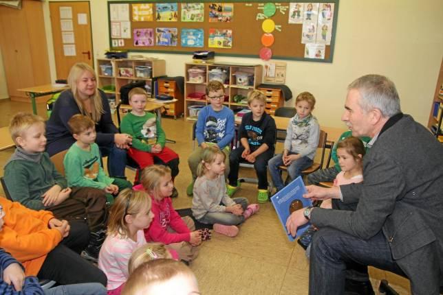 Bürgermeister liest Schülern vor