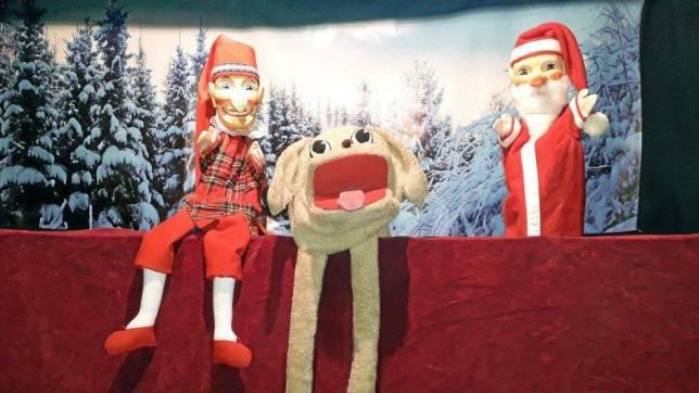 Puppentheater zeigt ein Weihnachtsstück