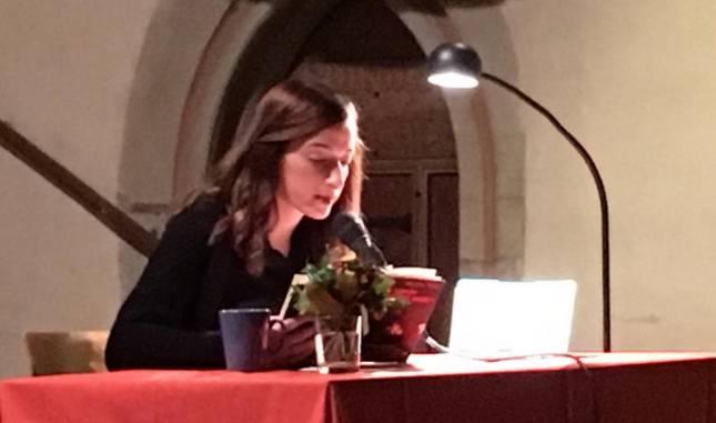 Mesale Tolu liest beim Winterabend