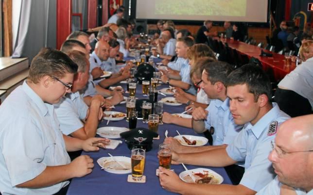 """Feuerwehrleute feiern """"Absaufparty"""""""