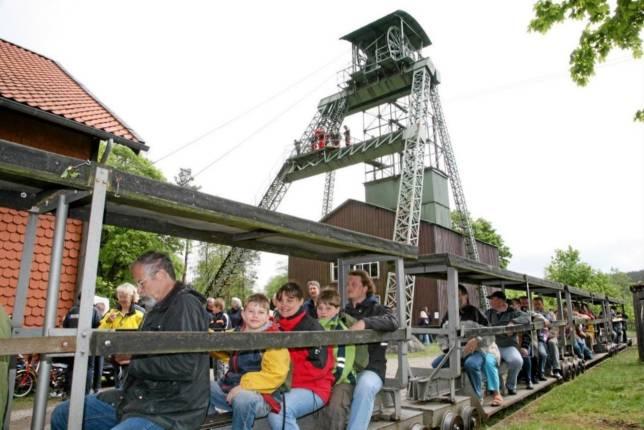 Feldbahn bietet Platz für zwölf Passagiere