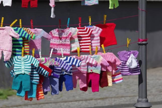 Börse mit Spielzeug und Kinderbekleidung
