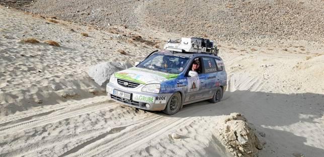 Tadschikistan-Rallyefahrer zeigen Abenteuer